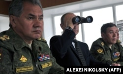 Владимир Путин и Сергей Шойгу наблюдают за военными учениями российской армии в Забайкалье на границе с КНР
