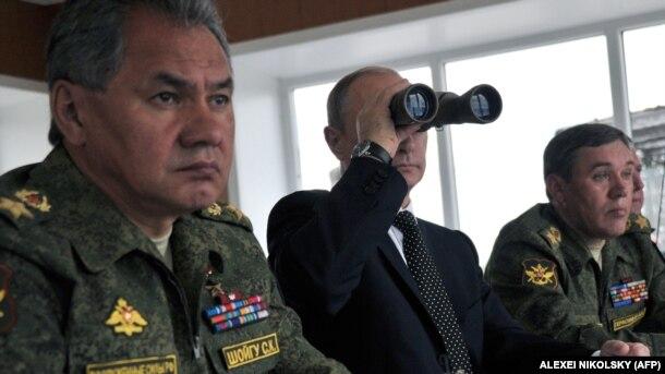 V.Putin hərbi təlimləri izləyir.