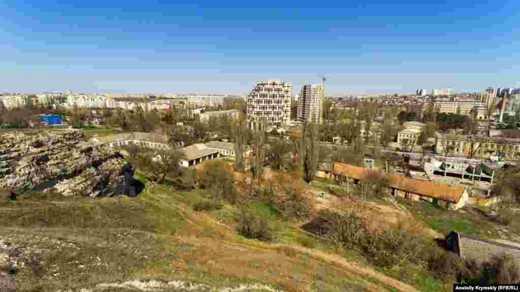 На северо-восточном краю Петровских скал. В центре – новостройки на набережной Салгира и в парке (сквере) Мира
