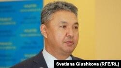 """Азат Перуашев, парламент мәжілісінің депутаты, """"Ақ жол"""" партиясының жетекшісі."""