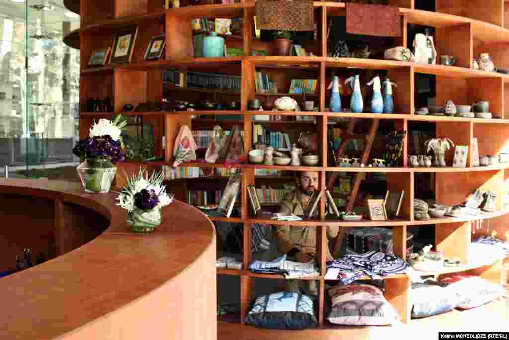 სუვენირების და წიგნების მაღაზია
