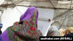 Очередь в продовольственный магазин. Лебапский велаят Туркменистана, июль 2020.