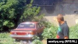 Еңбекші көшесінің тұрғыны Валера металл қабылдайтын пункттің әйнегі шағылған терезесін көрсетіп тұр. Ақтөбе, 25 маусым 2012 жыл.