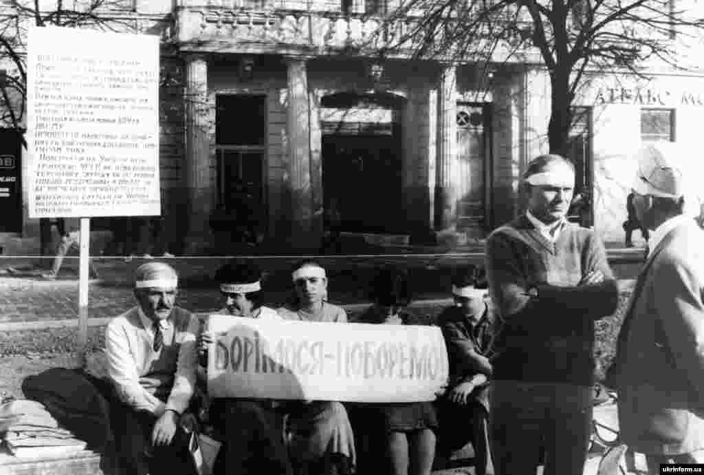 На фото, зокрема, львівські студенти під час голодування в Києві