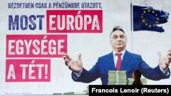 """Viktor Orban pe un afiș electoral care spune""""În primul rând au vrut să ne ia banii, dar acum miza e unitatea UE"""""""