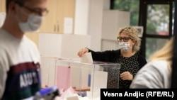 Biračko mesto u Beogradu: Glasanje na opštim izborima u Srbiji održanim 21. juna 2020.