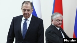 Armenia - Russian Foreign Minister Sergey Lavrov (L) and his Armenian counterpart Edward Nalbandian arrive at a joint news conference in Yerevan, 22Apr2016.