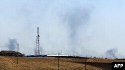 Дым в районе дамбы в Мосуле послу ударов ВВС США, 17 августа 2014 года