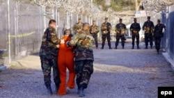 Гуантанамодағы әскери түрме. 11 қаңтар 2002 жыл. (Көрнекі сурет)