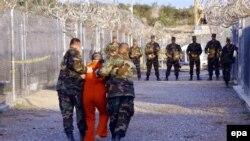Кубадагы Гуантанамо абагы, 2002-жыл.