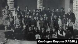 Ученици пред селското училище в Горна Бела Речка, началото на 1950-те години, личен архив Венета Костова
