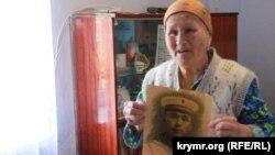 Депортированная крымчанка Абибе Мустафаева с фотографией погибшего отца