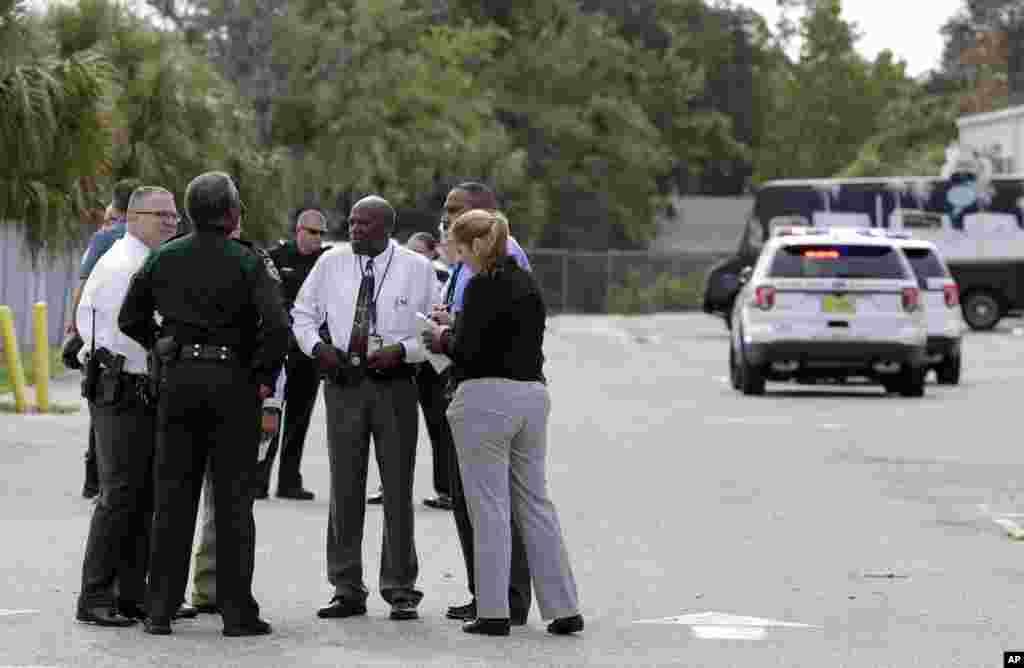 САД - Маж уби четири лица и повреди двајца во округот Оринџ, Калифорнија, објави новинската агенција Асошиејтед прес. 33-годишниот маж од Гарден Гроув бил приведен кога го убил чуварот од една продавница кој му се спротивставил. Началникот на локалната полиција на прес-конференција изјави дека сторителот бил вооружен со нож и пиштол и ограбил стан и неколку деловни простории.