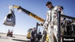 Феликс Баумгартнер - после отмены прыжка 9 октября 2012 года, Розуэлл, штат Нью-Мексико, США.