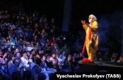 """Артист и режиссер Слава Полунин в сцене из спектакля """"Чу..."""""""