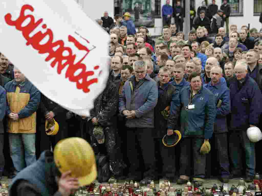 Рабочыя ўскладаюць кветкі каля вэрфі ў Гданьску ў гонар загінулых у катастрофе самалёта прэзыдэнта Польшчы Леха Качыньскага.