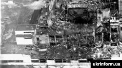 Адзін зь першых здымкаў Чарнобыльскай АЭС пасьля выбуху