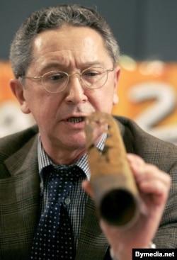 Уладзімер Замяталін паказвае праржавелы кавалак трубы: маўляў, вось у якім стане «Беларусьфільм», 2008 год