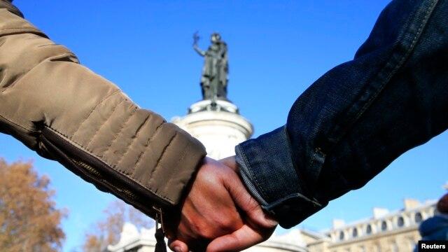 Lanț de solidaritate uman în fața Sălii Bataclan, astăzi, la Paris