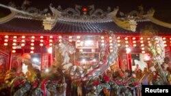 Aziatikët shënojnë Vitin e Dragoit