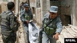 Афганські поліцейські несуть убитого під час перестрілки у Кабулі, 2 червня 2010 року