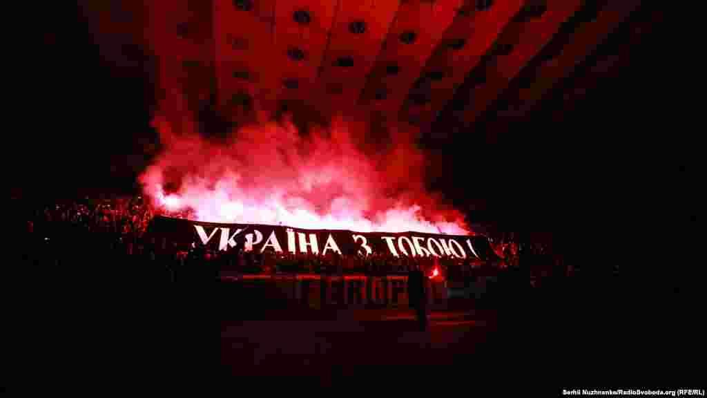 Активісти підсвітили банер фаєрами, вигукуючи «Свободу Олегу Сенцову», «Крим – це Україна»