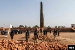Поліція оглядає печі для випалювання цегли, де спалили християн, Кот-Радга-Кішан, 5 листопада 2014 року