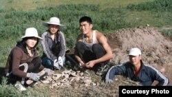 Кыргыз Улуттук университеттин студенттери археологиялык казуулар маалында. 1-июль, 2011-жыл