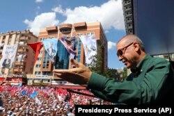 Түркия президенті Режеп Ердоған жақтастары алдында сөйлеп тұр. Газиантеп, 22 маусым 2018 жыл.