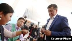 ҚСДП номзоди Сўўрўнбай Жээнбеков сайловда овоз бермоқда, 2017 йил 15 октябри.