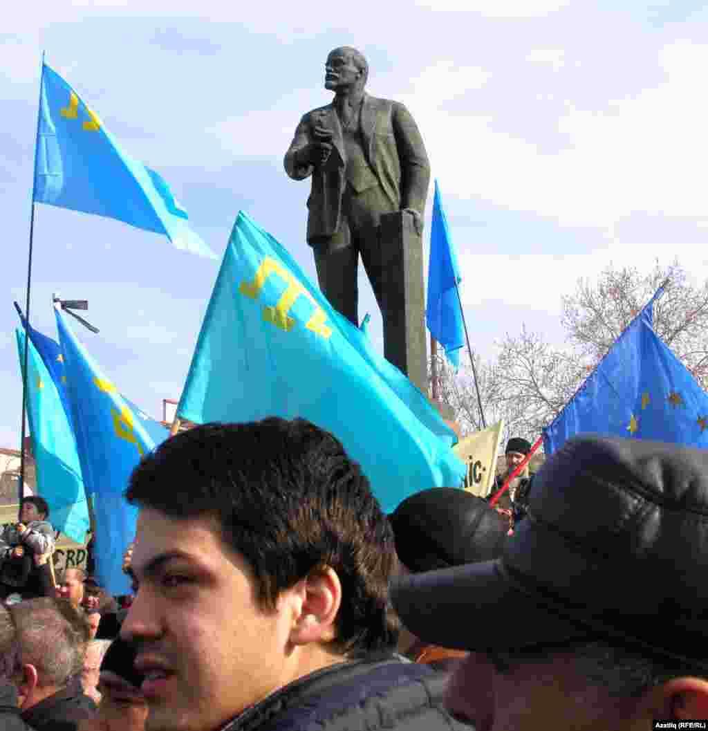 Рифат Чубаров митингта чыгыш ясап, Акмәчетнең үзәк мәйданында торган Ленин һәйкәлен алып атырга Акмәчет шәһәр мэрына 10 көн бирде.