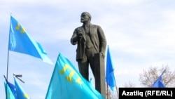Демонстрация крымских татар в Симферополе против Януковича у памятника Ленину, 23 февраля 2014 года