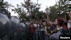 Еревандағы наразылық танытушылар мен полиция арнайы жасағы. Армения, 23 маусым 2015 жыл.