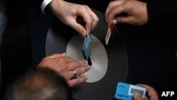 Депутати голосують за нову антикризову угоду з Грецією на спеціальній сесії в Бундестазі, Берлін, 17 липня 2015 року