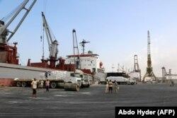کارگران در حال تخلیه کشتی حامل کمکهای یونیسف در بندر حدیده