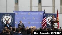 Эрлан Абдылдаев с госсекретарем США Джоном Керри, Бишкек.