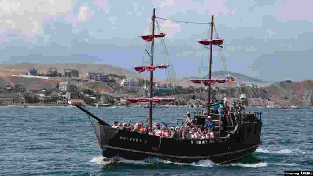 Многие прогулочные катера в виде старинных судов