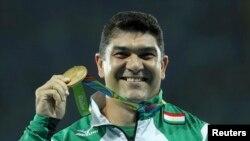 Балка ыргытуу боюнча алтын медалга ээ болгон тажикстандык Дилшод Назаров.