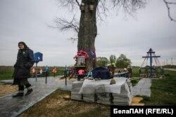 80-гадовая Юля будуе каплічку каля драўлянай іконы ў Губарэвічах