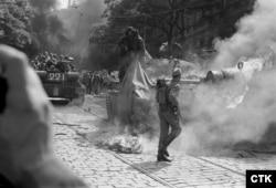 Советские солдаты стараются потушить горящий танк, подожженный протестующими возле здания Чехословацкого радио в Праге, 1968 год