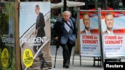 Перед виборами: ліворуч плакат Александра фан дер Беллена «Президент, що об'єднує», ліворуч Норберта Гофера «Голос розуму»