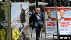Мужчина проходит рядом с плакатами с предвыборной агитацией. Вена, 19 мая 2016 года.