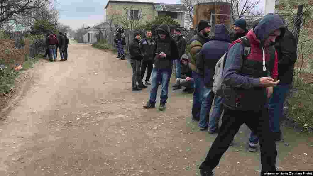 Місцеві жителі й активісти збираються біля будинків, де проходять обшуки
