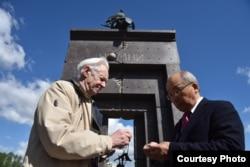 Валентин Алексашенко вручает памятный знак Сеичиро Мисе