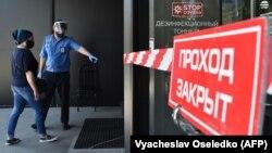 Вход в один из торговых центров Бишкека.