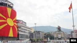 Pamje nga Maqedonia e dekoruar me flamuj...