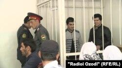 Даврон Курбонов и Кудрат Насруллоев в суде, где их обвиняют в экстремизме. Душанбе, 15 апреля 2016 года.
