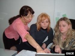 Журналистерге интернет-тренинг өткізіп жатқан ЕҚЫҰ мамандары. Павлодар, 25 наурыз 2005 жыл. (Көрнекі сурет)