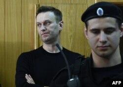 Алексей Навальный в зале российского суда.
