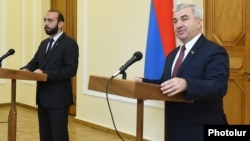 Armenia -- Parliament speaker Ararat Mirzoyan (L) and his Karabakh counterpart Ashot Ghulian hold a news conference in Yerevan, May 15, 2019.